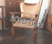 フランス・アンティーク ベージュレザー鋲打ち 肘つき椅子(関西近郊の方は送料3000円〜で配送承ります)